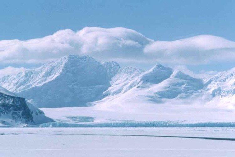 Cả Trái Đất khi đó là một quả cầu băng khổng lồ, không một dấu vết của sự sống.