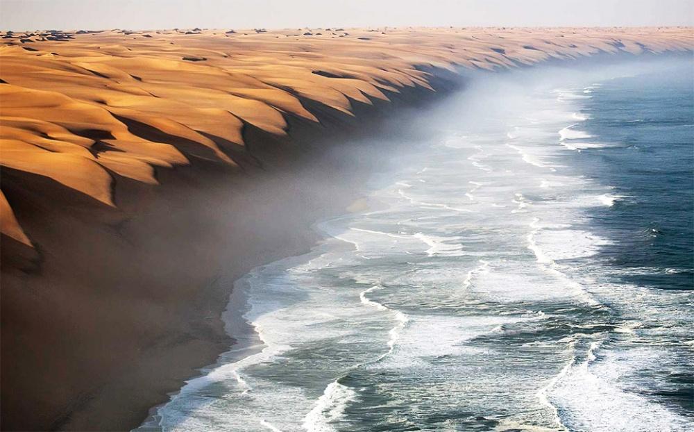 Sa mạc Namib giao với biển Đại Tây Dương.