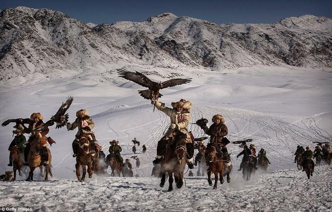 Xem canh nguoi Kazakh di san tap the voi dai bang-Hinh-2